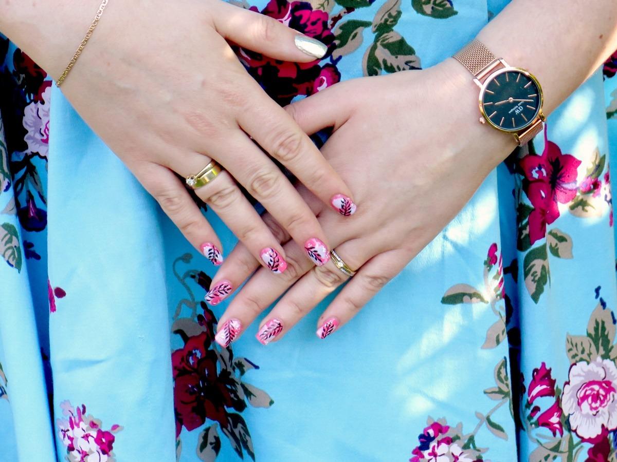 stylizacja na komunię wesele paznokcie biżuteria zegarek sukienka w kwiaty