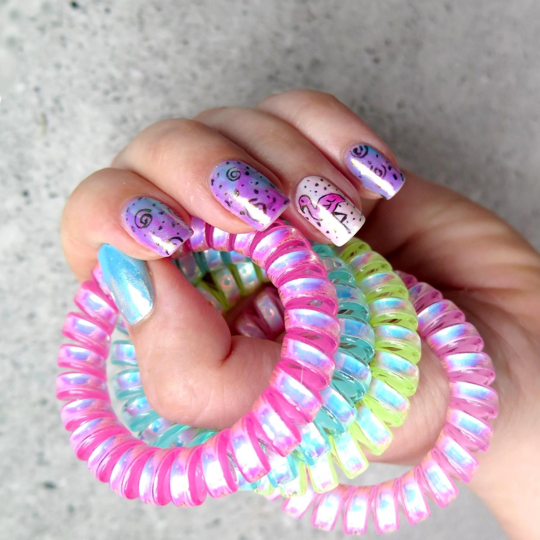 gumki do włosów sprężynki invisibobble zdobienie paznokci na lato różowe paznokcie