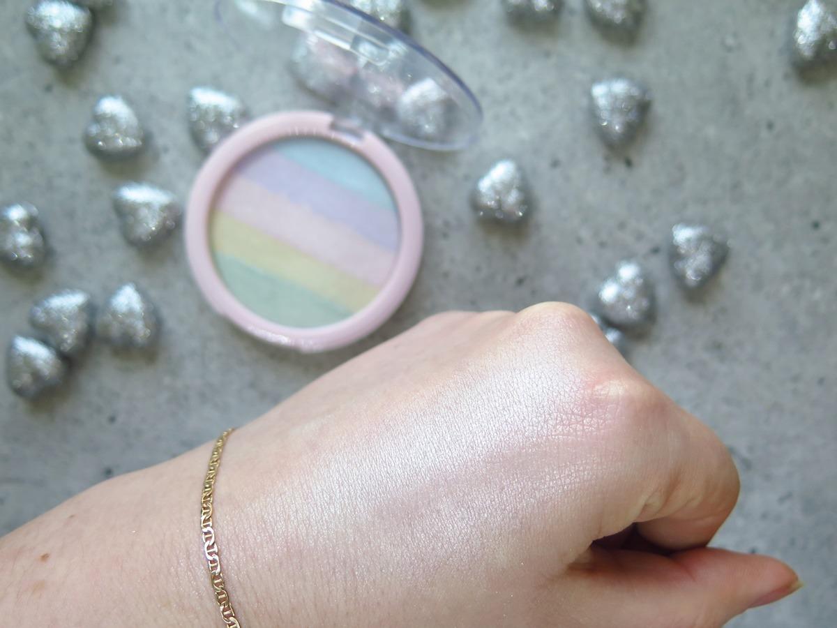 tęczowy rozświetlacz lovely rainbow highlighter swatch