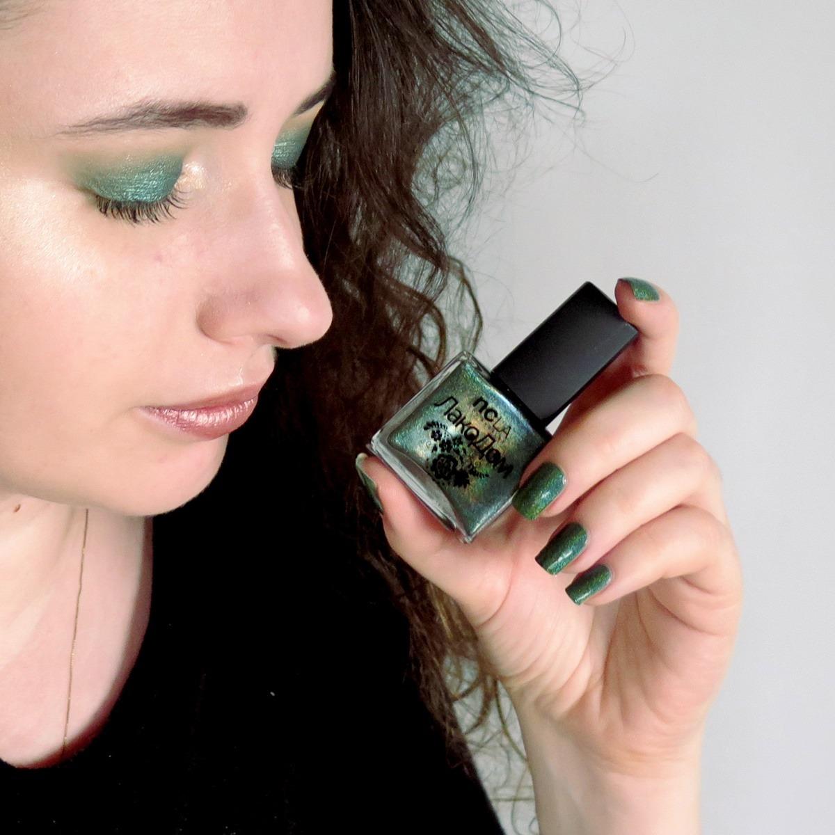 zielony cień do powiek, makijaż, zielone paznokcie,