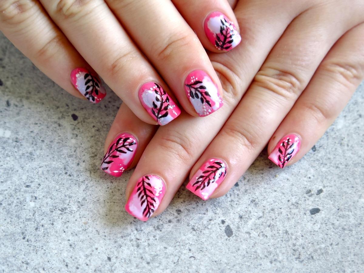 modne zdobienie paznokci na lato wakacje koralowe różowe kolorowe liście tropikalne