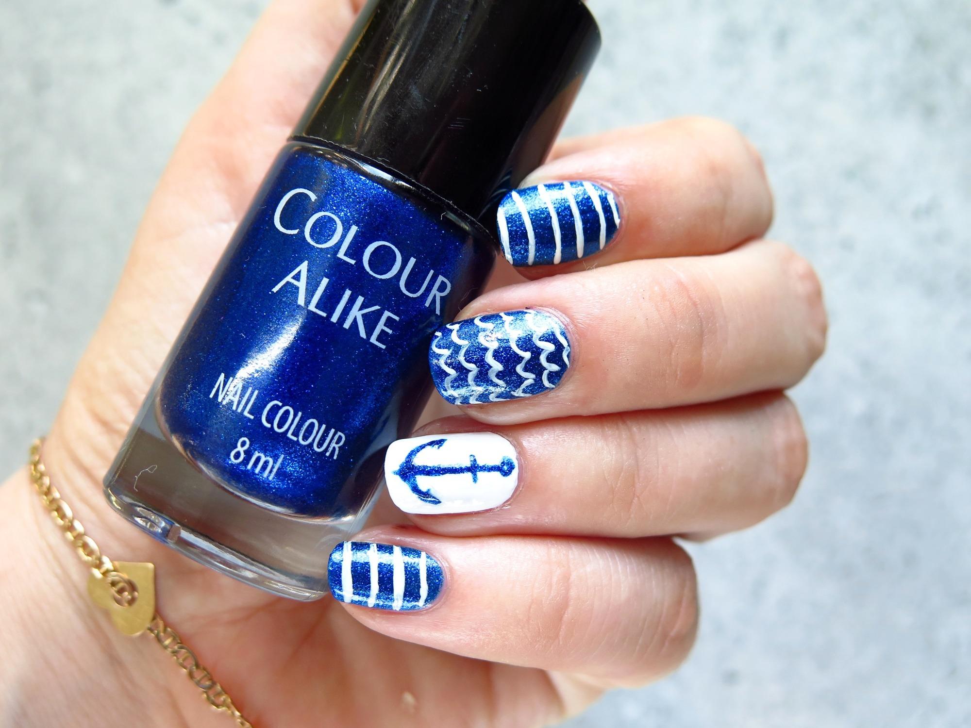 morskie zdobienie paznokci wzory marynistyczne niebieskie pazurki