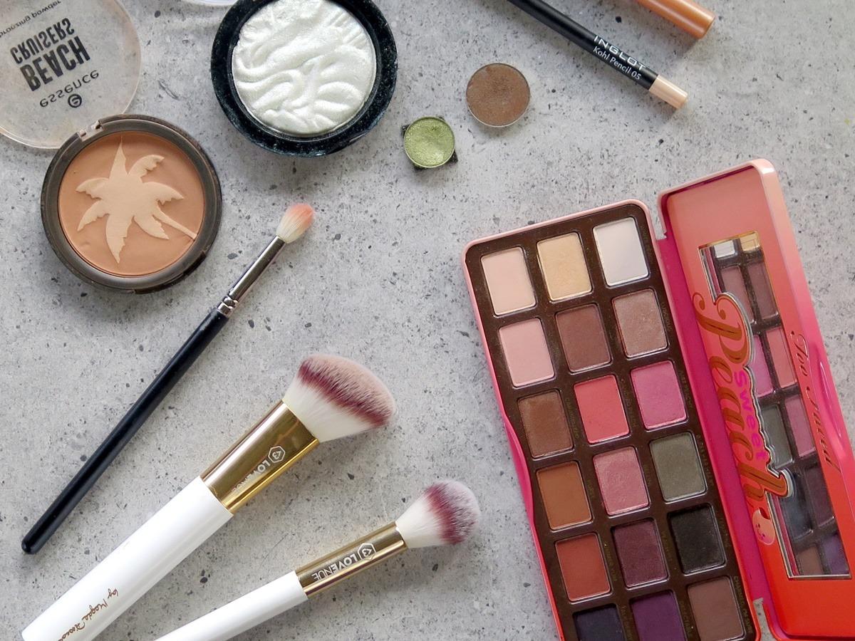 zielony rozświetlacz kosmetyki do makijażu