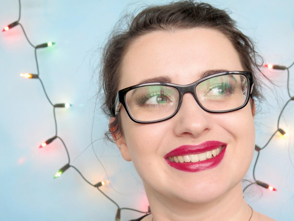 makijaż pin up okulary czerwone usta