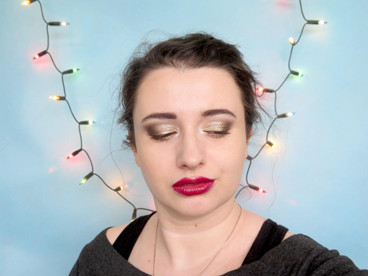 makijaż na święta czerwone usta złoty cień do powiek smokey eyes pin up