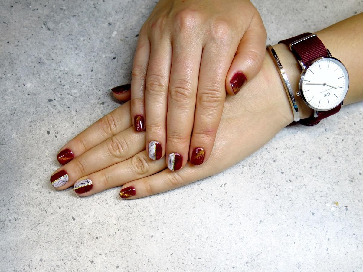 zdobienie paznokci marmurek złota tasiemka bordowy lakier daniel wellington